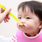赤ちゃんの離乳食、いつからいつまで?どんな食材とお水を使えばいいの?
